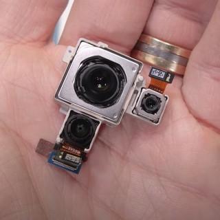 Модули камеры и их защитная крышка (кредит: JerryRigEverything)