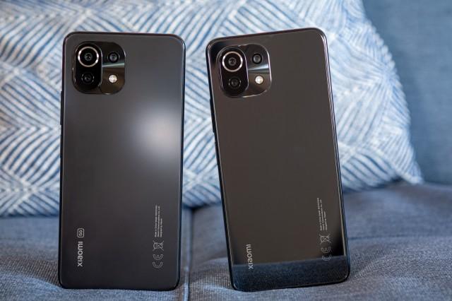 Mi 11 Lite 5G (справа) рядом с Mi 11 Lite 4G (слева)